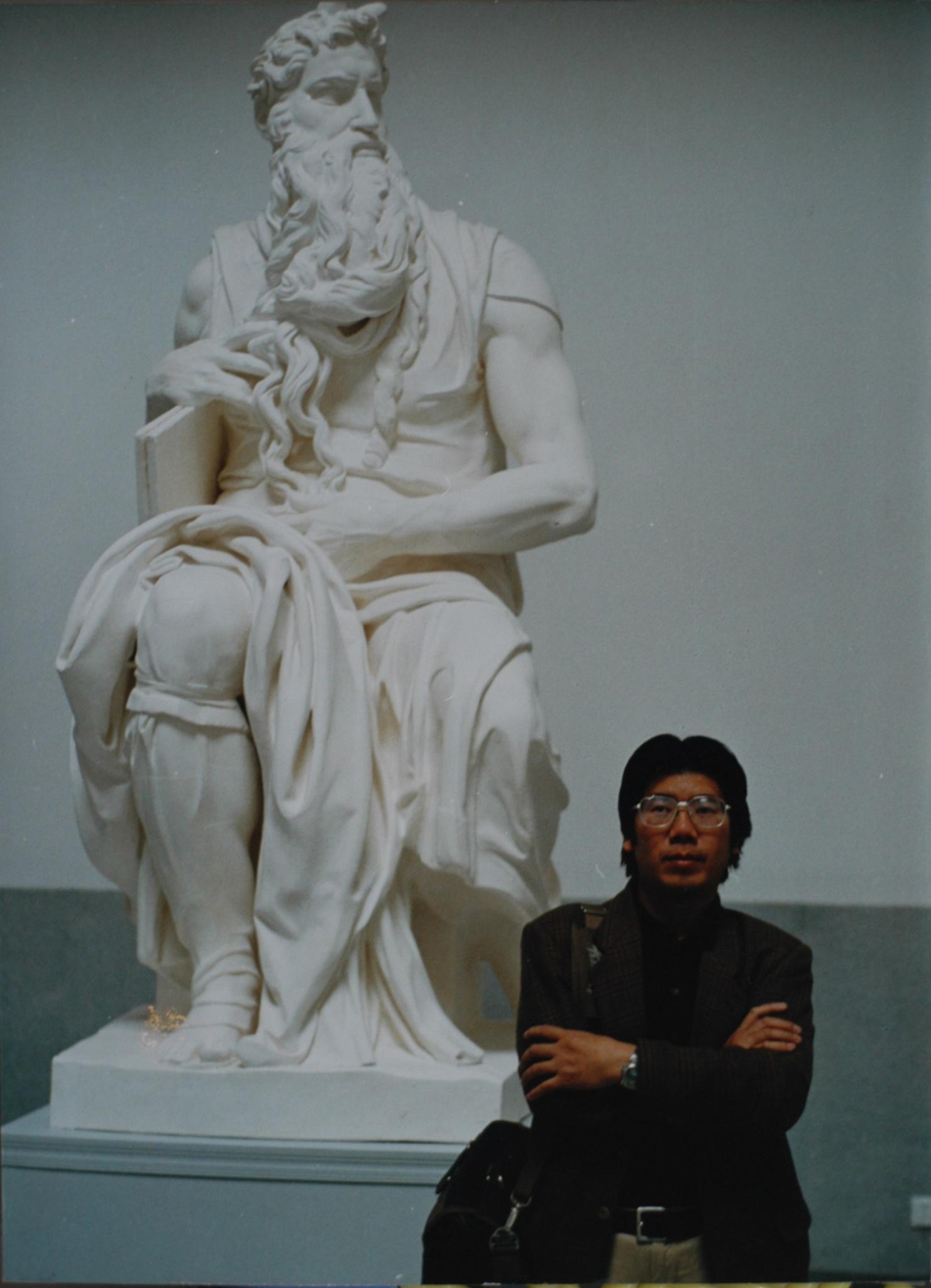 在米开朗基罗雕塑作品《摩西》前留影